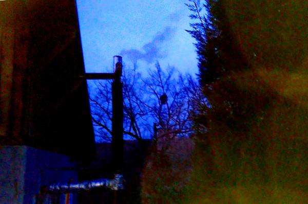 Дым на закате от экобрикетов.